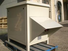Transformador en armario con accesorios en el exterior, protejidos de la intemperie.